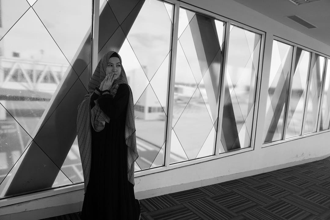 Tips Fashion Hijab Syar I Dengan Gamis Dan Sepatu Sneakers Saat